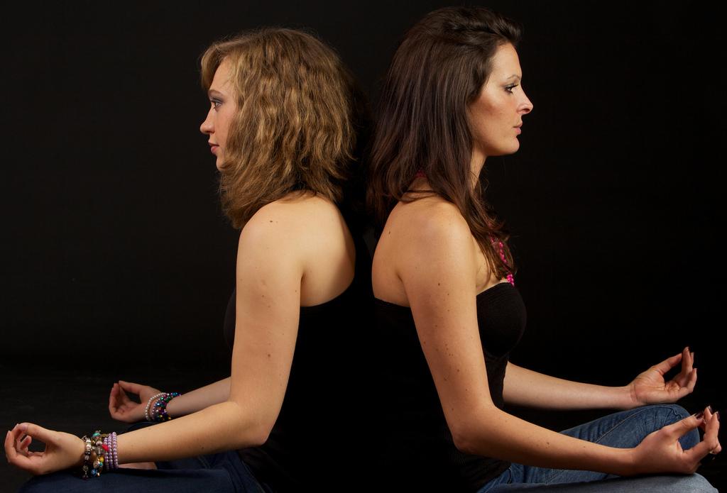 Debbie og Sara i studiet – meditere